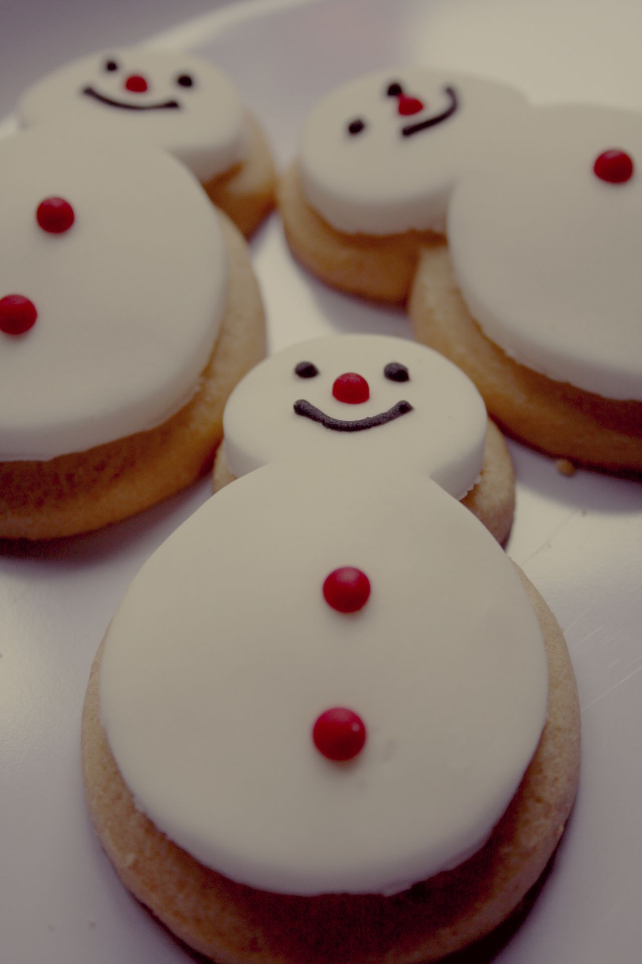 Anthropomorphic Face Anthropomorphic Smiley Face Backgrounds Biscuits Christmas Christmas Food Close-up Cultures Day Food Gourmet High Angle View Indoors  No People Ready-to-eat Smiley Face Snowman Snowman⛄ Snowmen Vintage Style