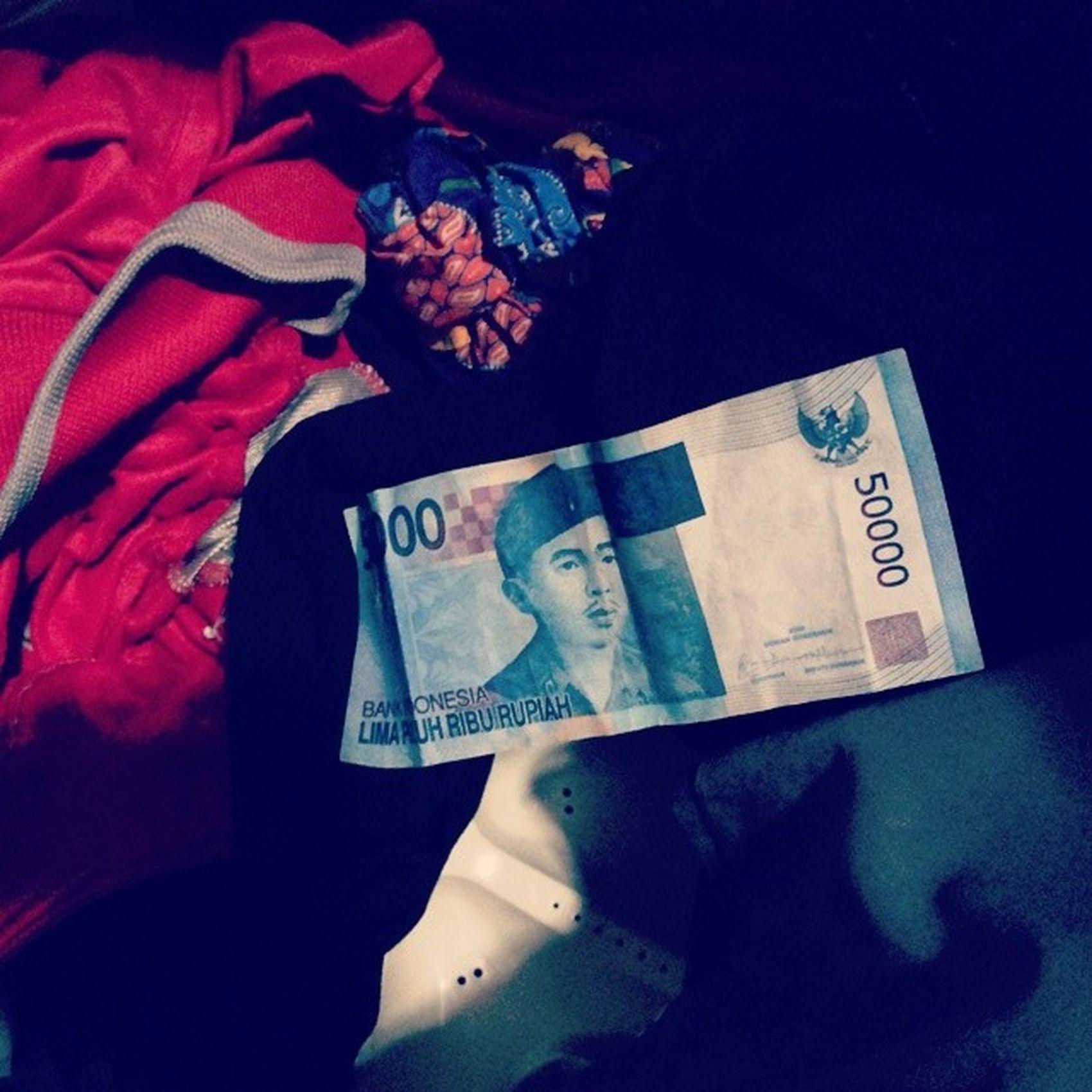 Nemu uang 1 lembar warna biru tulisannya Limapuluhriburupiah di mesin cuci seragam saya. Alhamdulillah saya masih punya uang. Tgl 25 masih lama yak?! Miracel Gocap Rezeki .