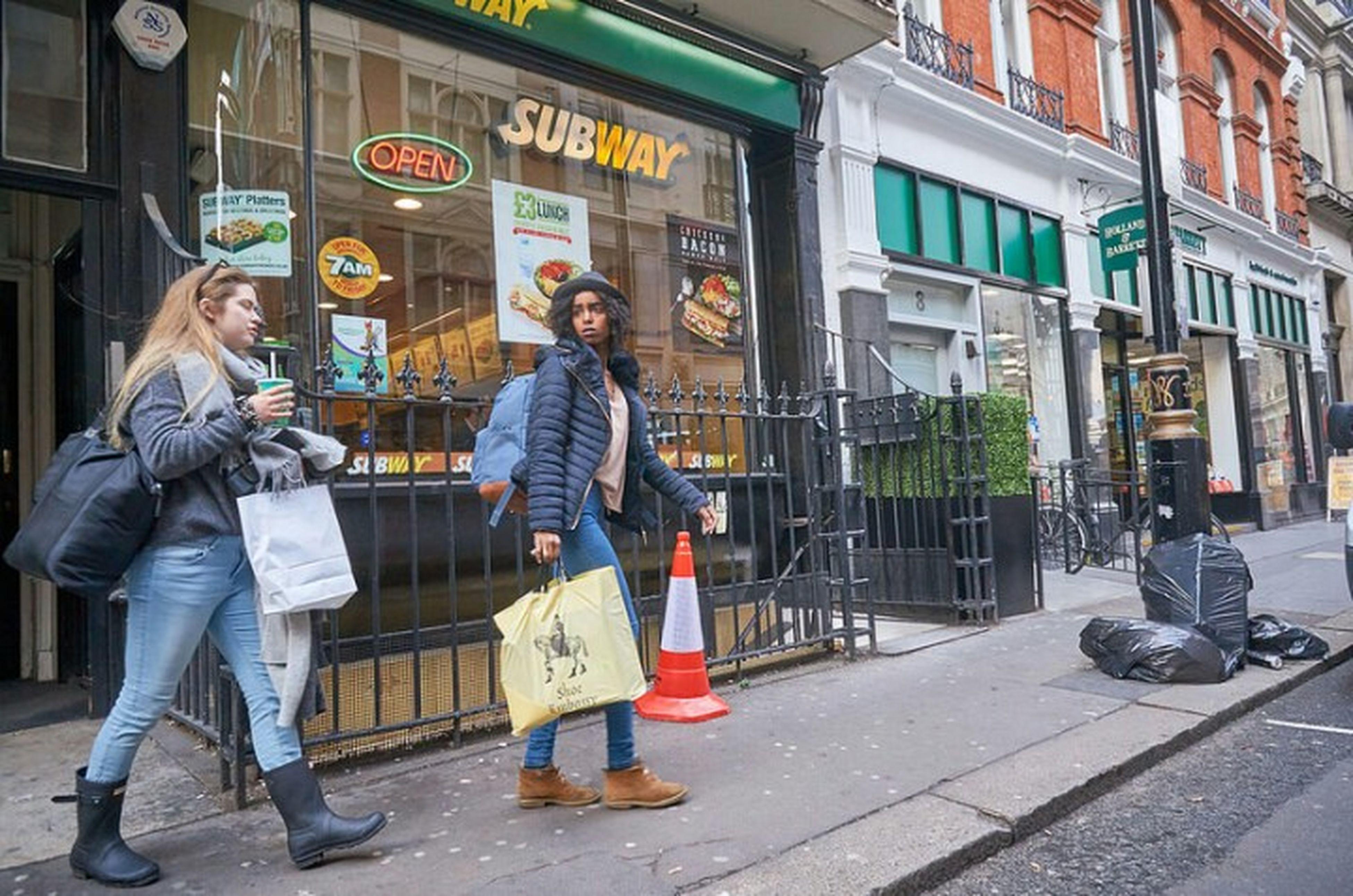 LONDON❤ London Streets Fitzrovialitter Londonstreets Streetphotography Street Photography Streetphoto Urban Londononly London London London!!! Girls Londonlife Jeans Streetlife Street Photo Girl