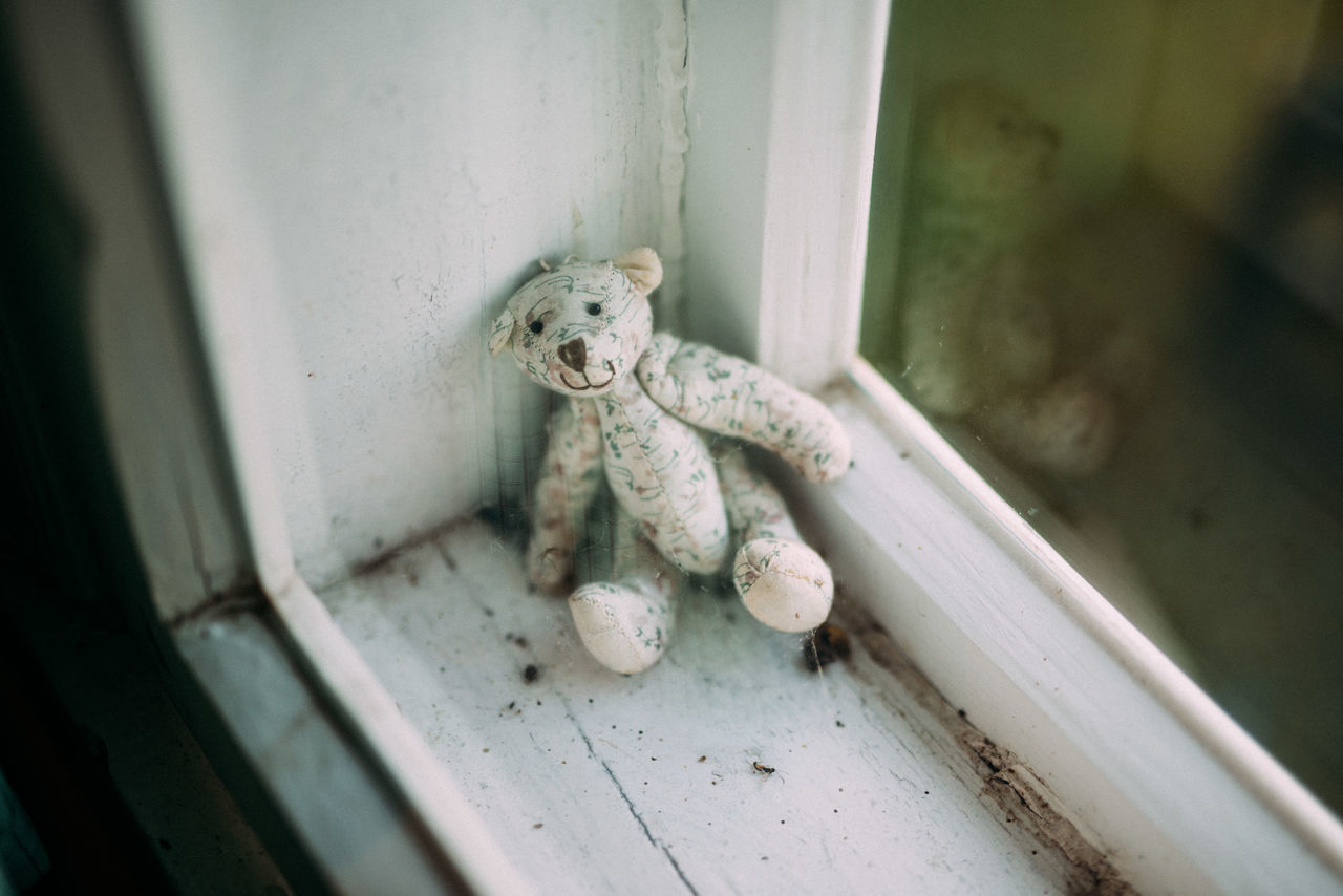 Alone Animal Representation Animal Themes Bear Broken Childhood Dirty Forever Full Frame Help Me Home Indoors  Left Alone One Animal Protection Sadness Selective Focus Simplicity Still Life Stuffed Toy Teddybear Toy Long Goodbye What We Revolt Against Photographic Memory