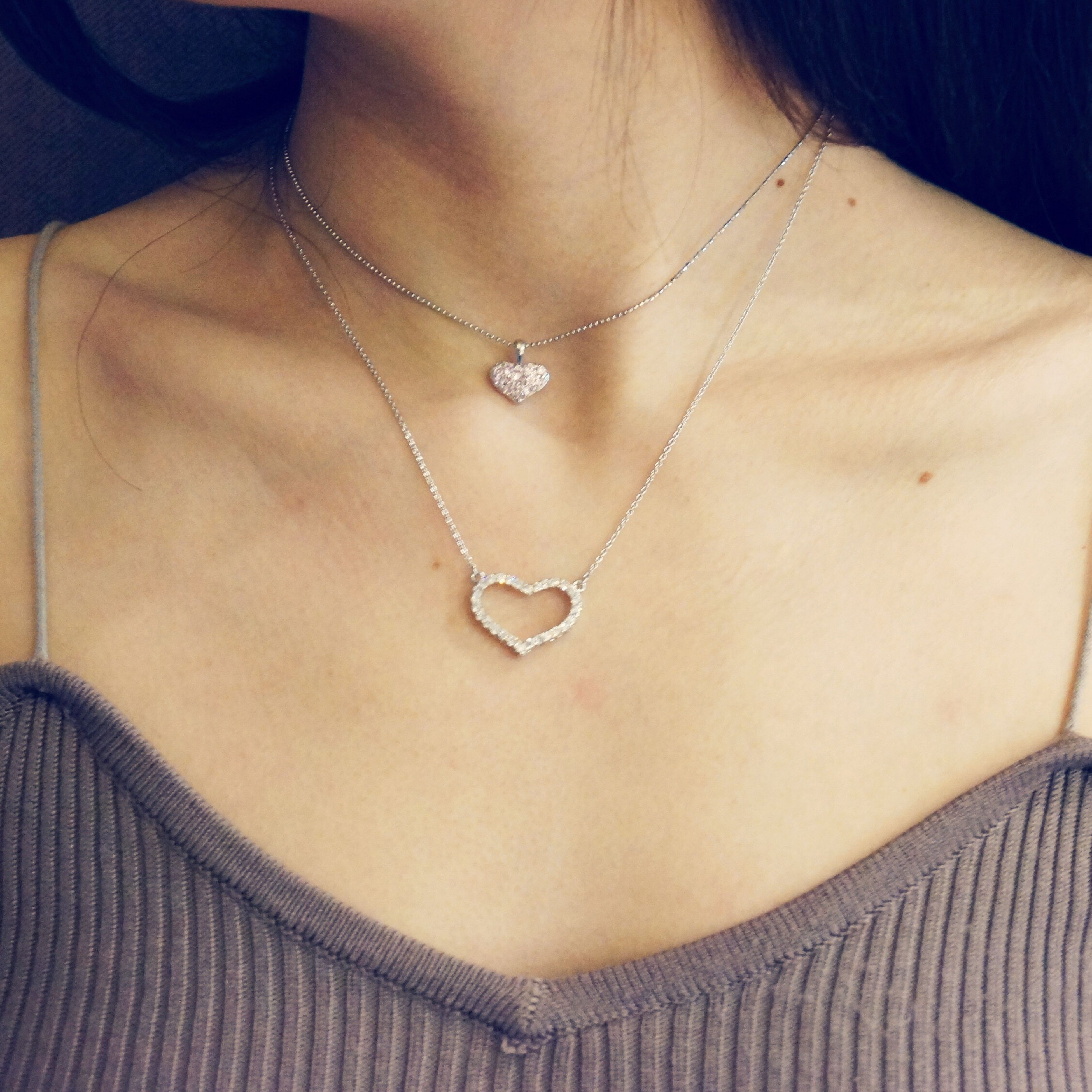 midsection, one woman only, adults only, necklace, close-up, one person, women, only women, adult, real people, people, indoors, human body part, day
