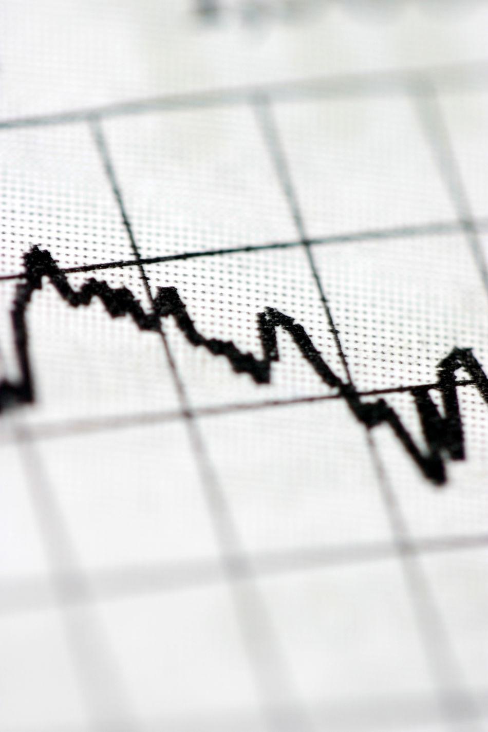 Symbolbild Kursverfall Aktienkurve auf Papier Aktienverlauf Anzeige Art ArtWork Börse Börsenverlauf Geld Gitternetz Kursanzeige Kursverfall Kurve Linie Nach Unten Niedergang Verfall Verlauf Verlust Wert Wertverlust Wirtschaft