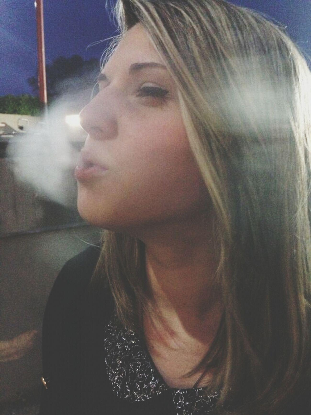 Tumblr ♡  Fume Cigaretta Sexy Girl