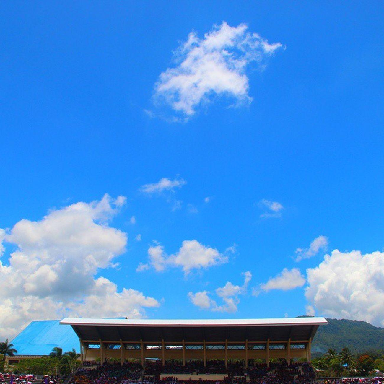 Lupa nama lapangannya. Yg jelas ini lapangan kemarin yg dipake buat tempat star jalan salib pemuda se-sulawesi utara LatePosting Tondano Lapangan IManado