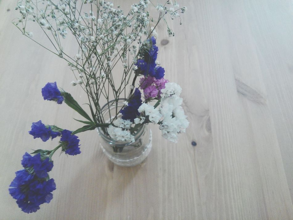 Decorationporn Decoracion Decorate Decorative Decorating Decor Decoration Housedeko Housedesigns Housedecoration Housedecore Housedesign Household Objects Hand In Hand Flowers In A Vase Flowers On Table