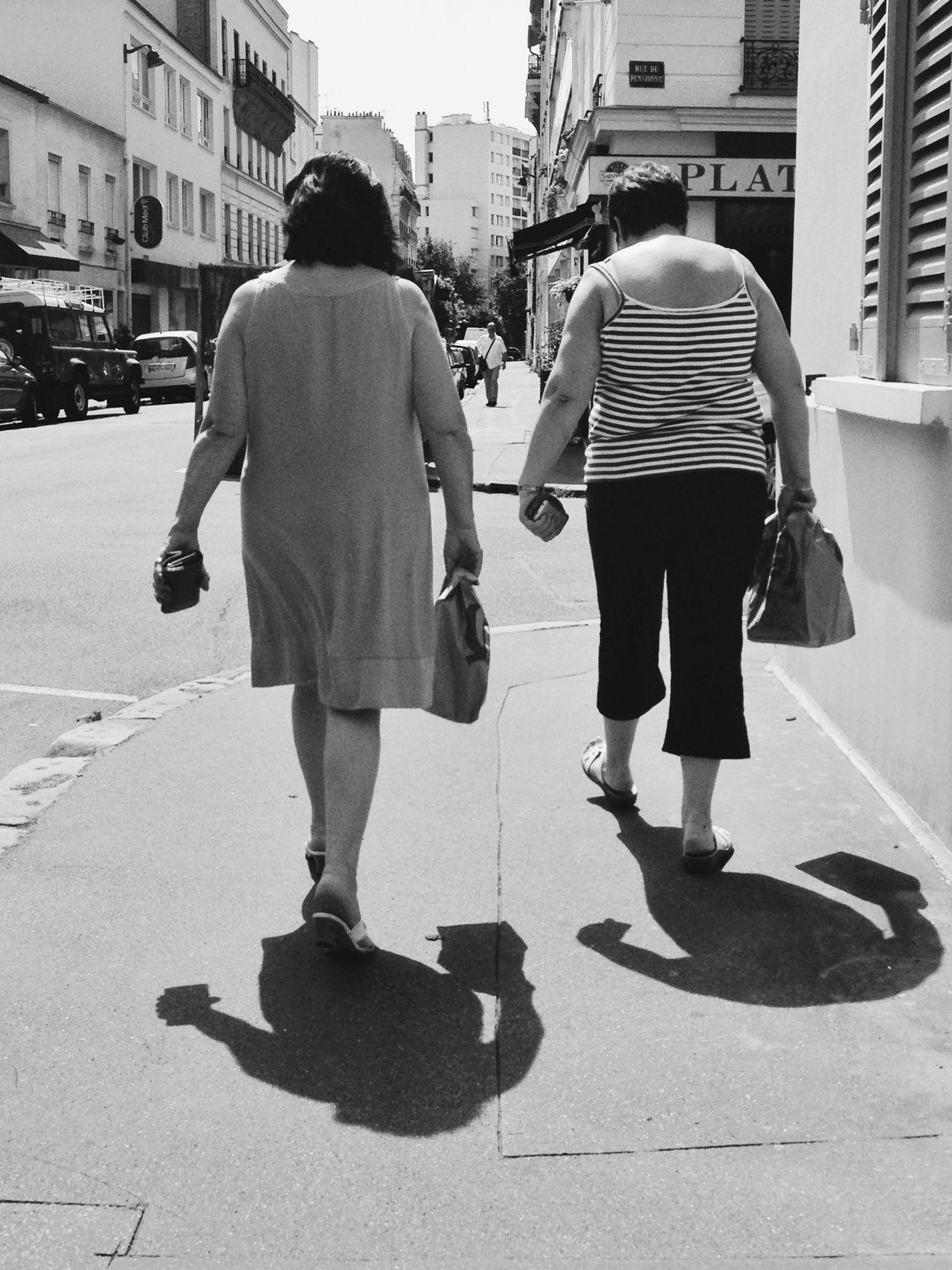 le porte monnaie a la main gauche, le quick a la main droite. Le pas lent, difficile, la posture quelque peu arc-boutée, elles marchent avec le poids de leurs habitudes Blackandwhite Walking On Sunshine Oldwoman