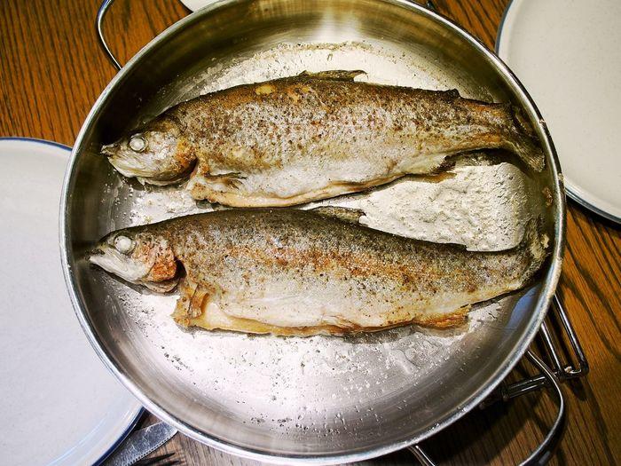 Zwei gebratene Forellen in Bratpfanne Braten Bratpfanne Close-up Fish Food Forellen Freshness Healthy Eating Indoors  No People Pfanne Seafood Speisen