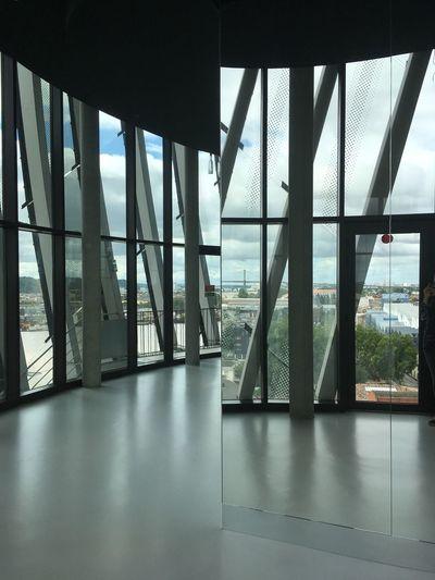 Charmante vision, admirable depuis le 8ème étage de la Cité du vin. Qui est aussi un lieu de dégustation. À la vôtre ! Architecture Built Structure Indoors  Architectural Column Day (null)No People Sky City Modern Reflet Reflections Miroirs