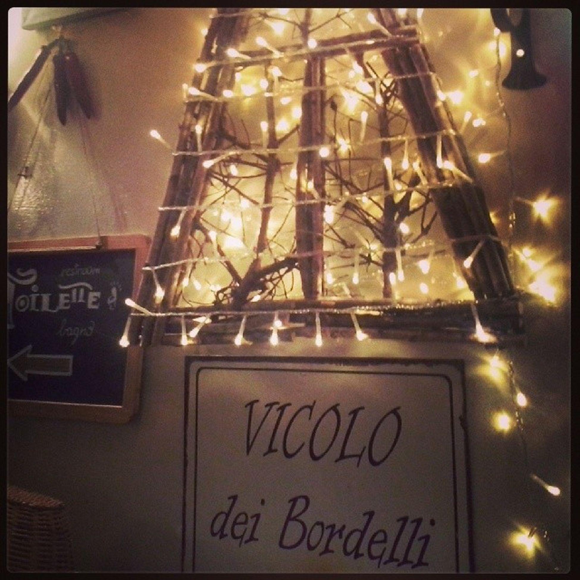 Lucine in Vicolo dei Bordelli al Caffè degli Artigiani Firenze Igersfirenze