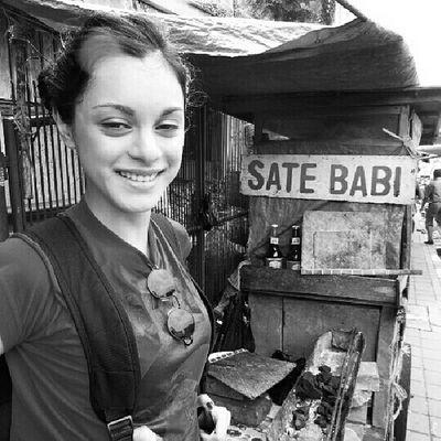 Yang ini mbaknya nggak mau nyoba. Jajanan Bogor @williamwongso @santhiserad @soalperut @fajar_arcana g Localdelicacy Travel traditionalfood streetfood traditionalmarket indonesia botanicalgarden
