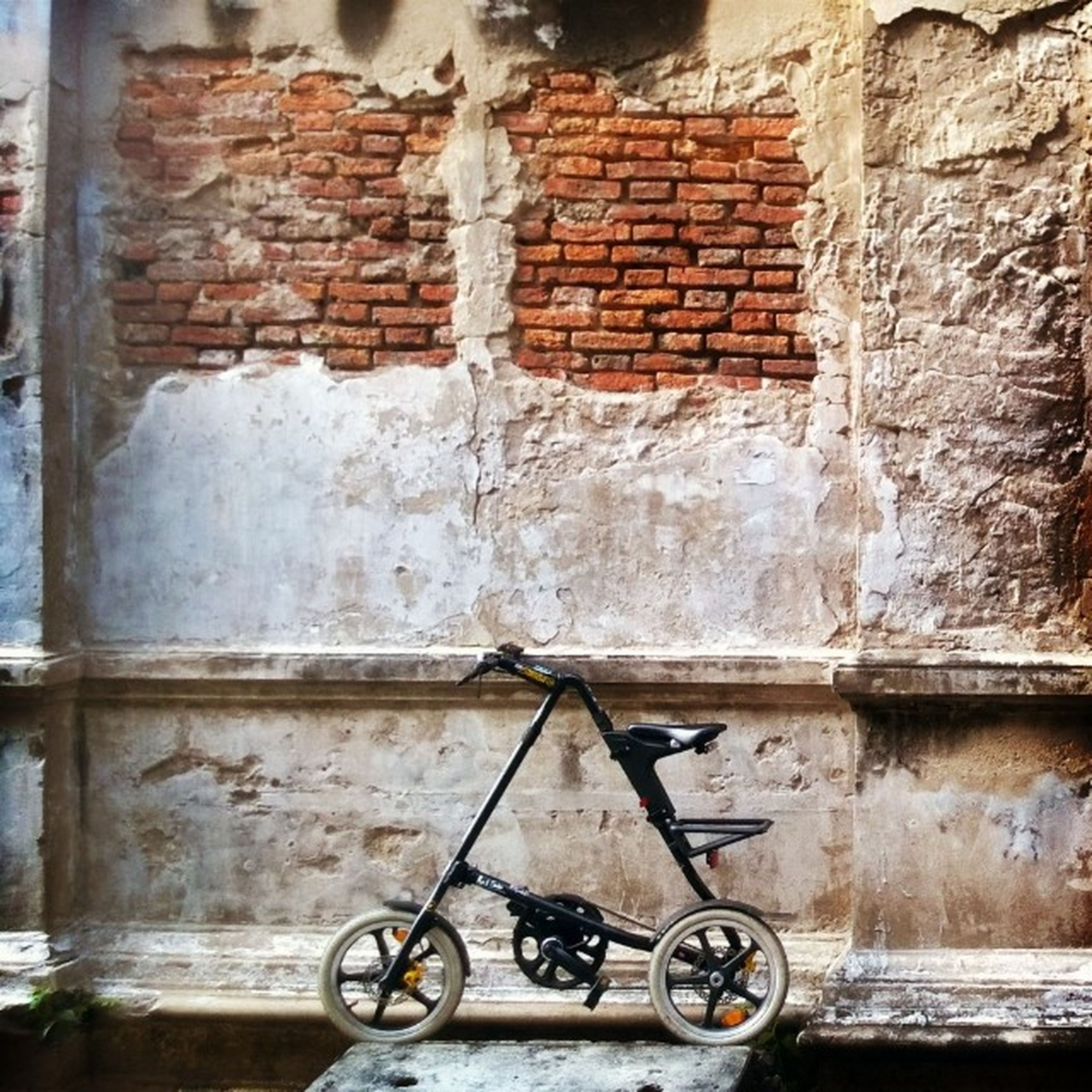 bicycle, transportation, mode of transport, land vehicle, stationary, parked, architecture, built structure, wall - building feature, building exterior, parking, brick wall, old, wall, abandoned, day, outdoors, no people, window, house