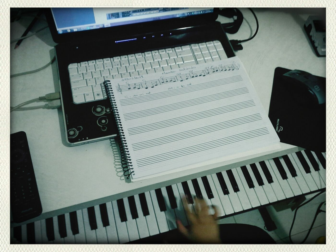 Aprendendo a tocar piano com o papai. / Learning to play piano with your Father. First Eyeem Photo