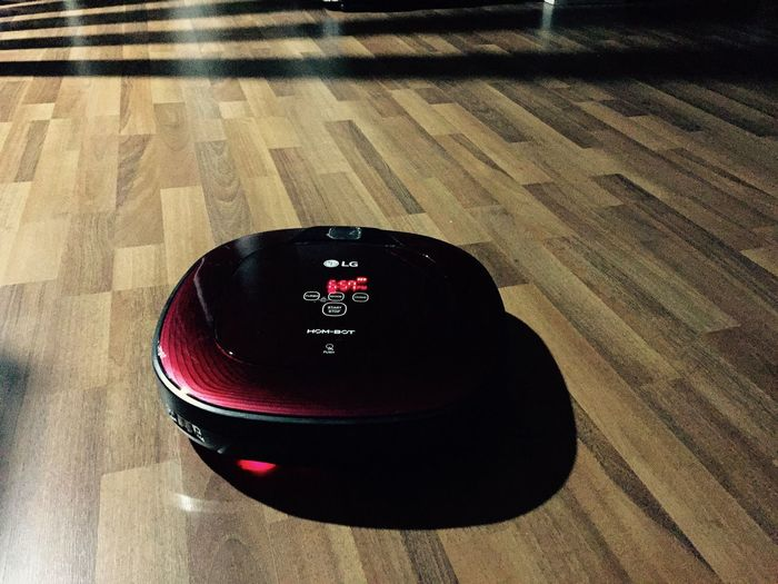 New toy makes living easier esp. broken foot people ☺️ Robot Vacuum Cleaner Adapted To The City Easyliving Hombot High Angle View Indoors  Eye4photography  Housewife Life Eye4photography  Cleaning Easy Life Comfy And Cozy Feeling Thankful Red