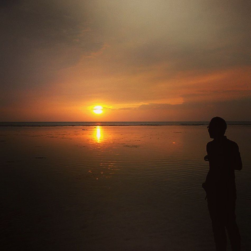 narsis ah... hahaha... Aku dan Jingga Senja  Pantai Anyer  Banten INDONESIA Sunset Sunrise_and_sunsets SlowDown Standup Staycalm Lenovotography Photooftheday Photophone  Lzybstrd Damai Sendiri Alone Pocketphotography Fatamorphosis