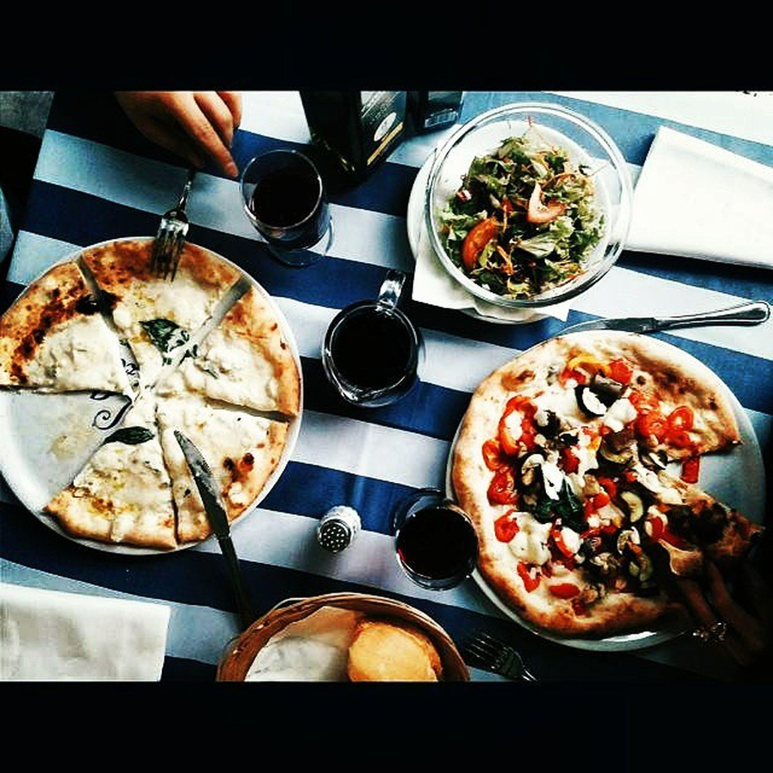 Pizzetta accompagnata con un Bicchiere di Chianti 😍😍😍🌃 Italy Dolcevita