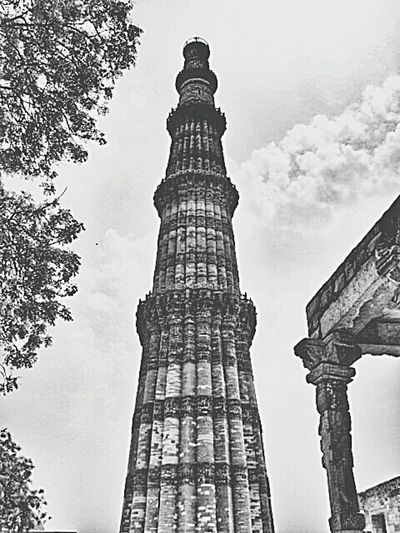 Built In The Early 13th Century A Few Kilometres South Of Delhi, The Red Sandstone Tower OfQutb Minaris 72.5 M High Qutub Minar Historical Sights Tourists Taking Photos Sightseeing Being A Tourist View Monuments Black And White Old Buildings
