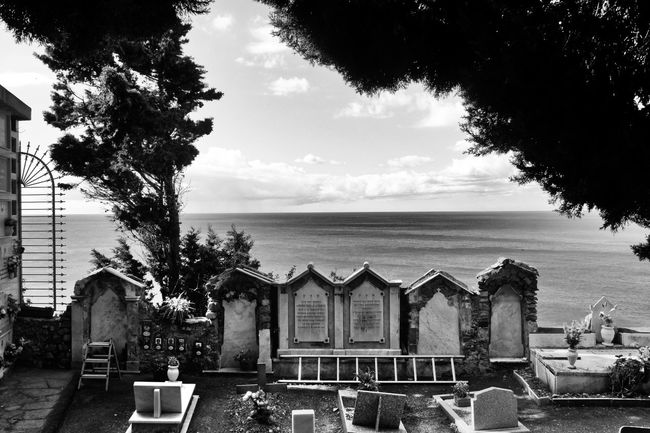 Graveyard Graveyard Beauty Cemetery Sea Sky Horizon Over Water Natur Beauty In Nature Cinque Terre Schwarzweiß Architecture Architektur Italy Bnw_collection Meer Italien Melancholic Landscapes Fortheloveofblackandwhite Architecture_bw Schwarz & Weiß Blackandwhite Grave Friedhof Nature