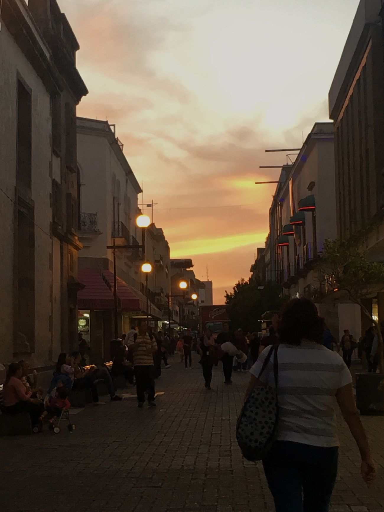 Disfrutando De La Vida Architecture Street Sky Sunset City Walking