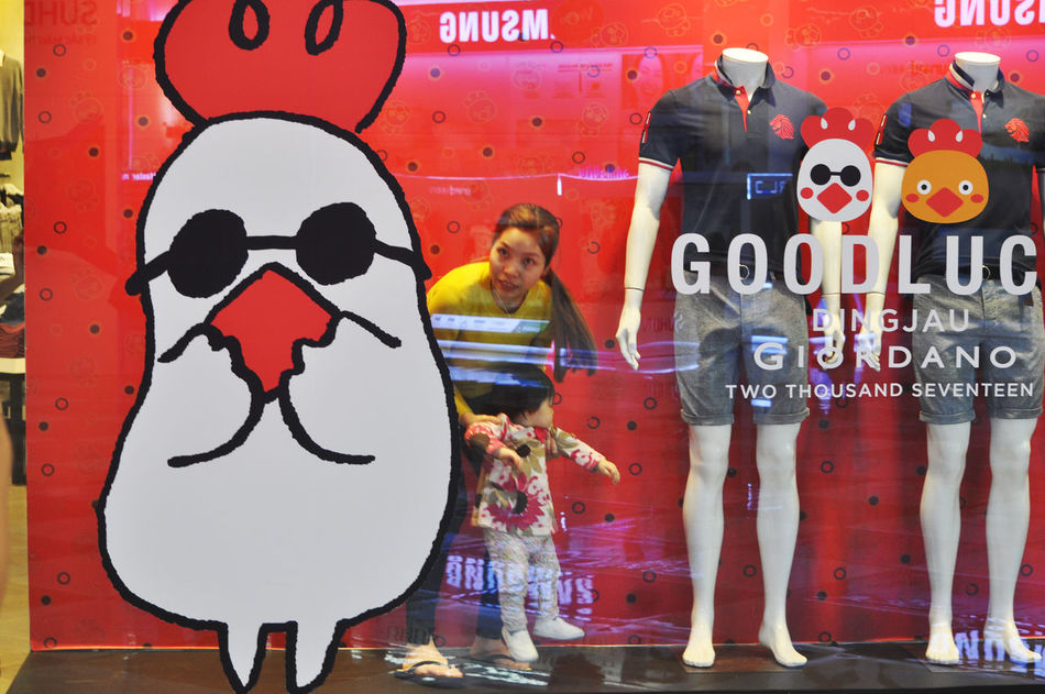 Mother rescues straying toddler who wandered into window display of store in Vincom Centre, Da Nang, Vietnam. Astray Cartoon City Danang Giordano Girls Grabbing Incidents Malls Mothers Red Retail  Shop Dummies Shop Windows Shops Stores Text Toddlers  Trespassing Vietnam Vincomcenter Year Of Rooster