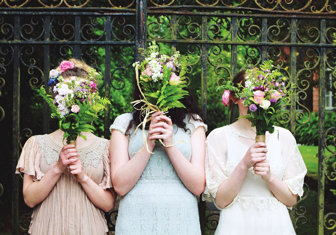 Candid Nature Sunny Dress Bridesmaids Bridesmaid Bouquet Flowers Pretty Girls Bright VSCO Enjoying Life Taking Photos
