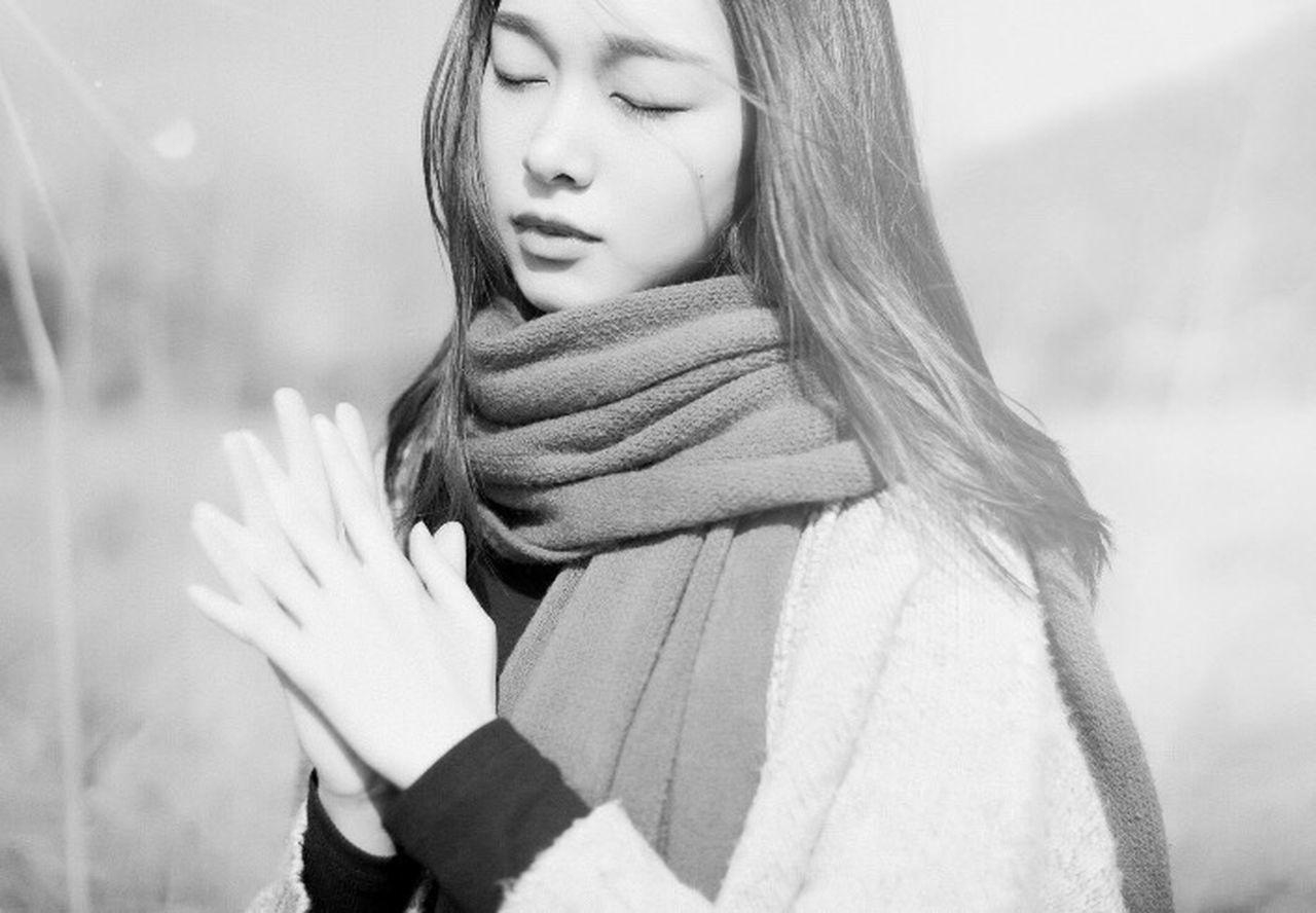 one person, young adult, women, human hand, real people, outdoors, young women, wrapped, winter, lifestyles, human body part, day, warm clothing, nature, one young woman only, close-up, adult, people, adults only