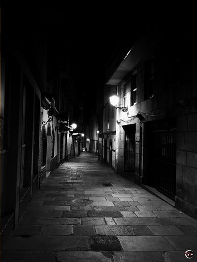 """Y el tiempo les dijo... """"Oye, que...mejor os curáis juntos..."""" 🍀 https://youtu.be/2-XIXwL1RhE El Tiempo Todo Locura Me Lo Monto Sin Instrucciones Juego Revuelto Con Música Es Trampa The Way Forward No People Outdoors Scenics Tranquil Scene Light And Shadow Monochrome Blackandwhite Cityscape Streetphotography Night Nightphotography Exceptional Photographs"""