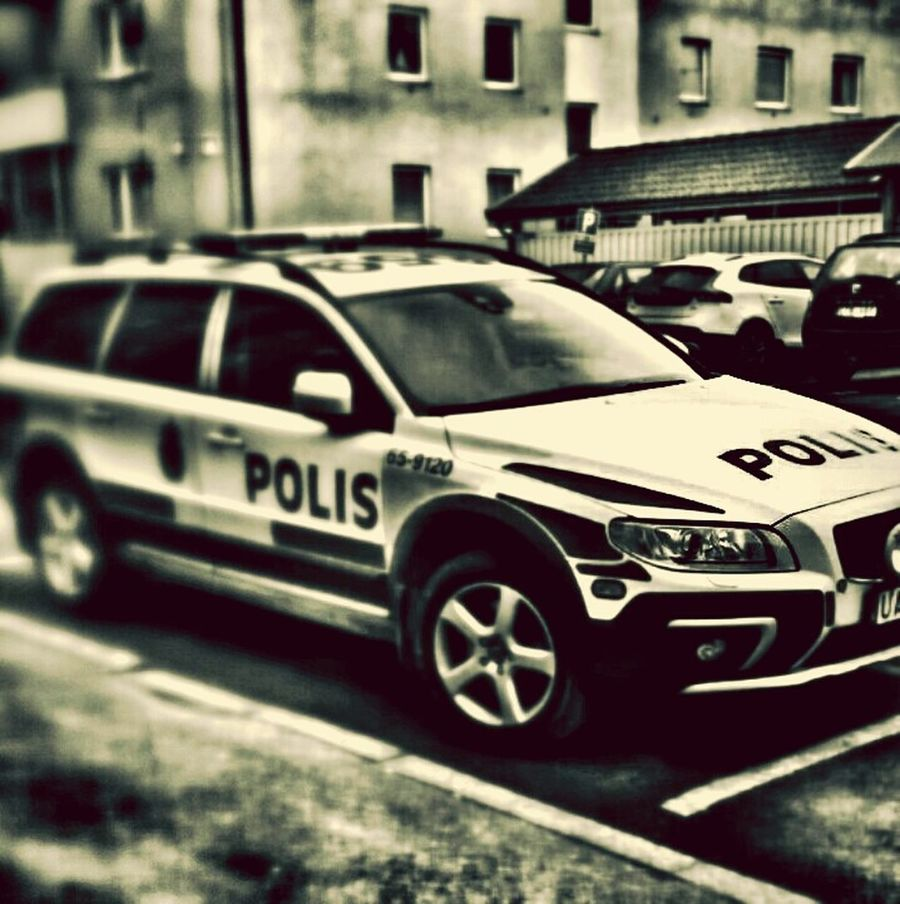 policecar outside the parpment