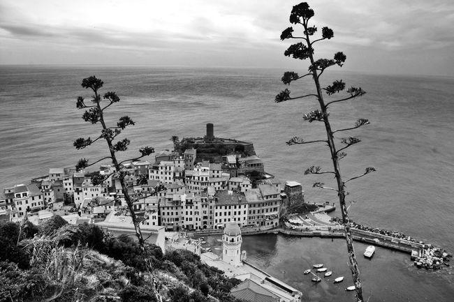 Vernazza Cinque Terre Liguria Italy Italien Architecture Sea Sky Outdoors Nature Blackandwhite Schwarz & Weiß Architecture_bw Fortheloveofblackandwhite Melancholic Landscapes Meer Bnw_collection Architecture Architektur Horizon Over Water Schwarzweiß