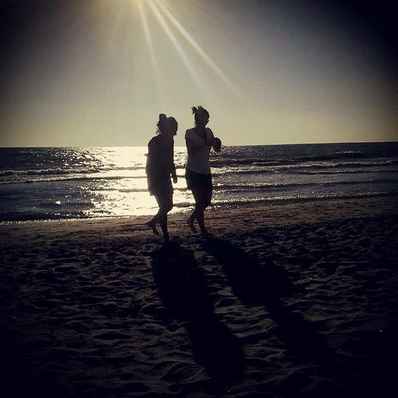 Dem Auge fern, dem Herzen nah. Friendship a Distanza im Gleichschritt Mare spiaggia sea and beach