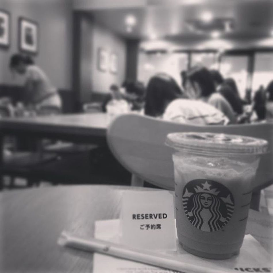 2015.08.23 . STARBUCKS® ForHere Iced Tall NoFat LightIce ChaiTeaLatte . この時間にしては空いてる けど すんげぇ騒がしい( ´д`ll) . おばちゃんのダミ声 女子高生のキンキン声 理解できない外国語 . 色々あって当たり前だけど いっぺんに揃うとキツイねぇw . . Starbucks Starbuckscoffee スタバ Miillains Miillainsはスタバっ子w Miillainsの好きなもの ホムスタ