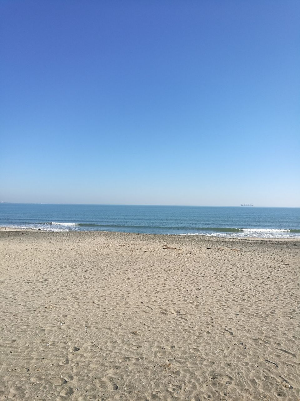 beach, sand, sea, horizon over water, nature, shore, water, tranquility, copy space, scenics, tranquil scene, clear sky, beauty in nature, day, outdoors, blue, no people, summer, vacations, sky