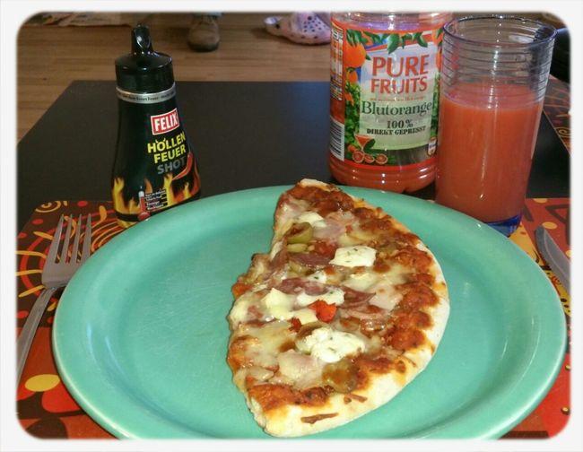 zum Frühstück Pizza und Orangensaft 100% Direkt Gepresst