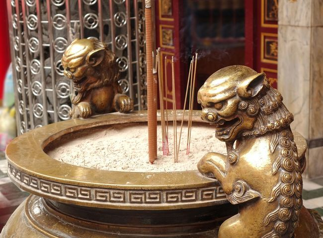Large bronze cauldron that serves as an incense burner in a Chinese temple, decorated with mythical beasts Art Bronze Vessel Buddha Cauldron Incense Burner Joss Sticks Ornate Sculpture Temple - Building
