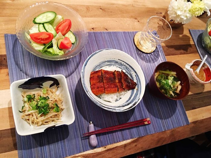 ふるさと納税第二弾😋 鰻丼 Unadon A Bowl Of Rice Topped With Grilled Eel ふるさと納税 おかずはごまポン酢サラダ、もやしの胡麻和え、ほうれん草としめじのお味噌汁。 今日のお味噌汁は鰹の厚削りで出汁をとってみたんやけど、やっぱ旨味が違って美味しかった〜〜😋料理はやはり手間暇かけないとだな👐🏻 Miso Soup Foodporn Cooking Today's Dinner SoDelicious 鰻丼美味すぎた