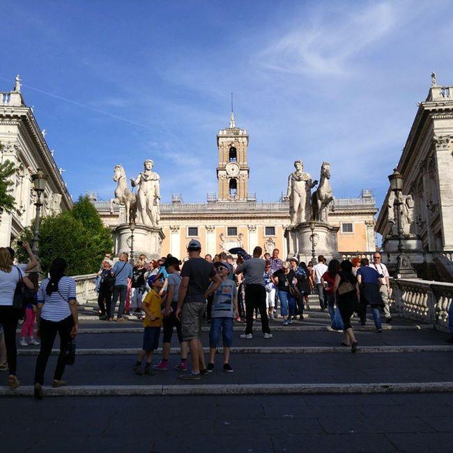 미켈란젤로의 천재성이 돋보이는 캄피돌리오광장으로 오르는 계단. 사람의 시선을 속여 아래서 바라볼때는 높지 않게 보이죠. 쉽게 올라갈수 있을 것같아요. 하지만 정작 올라가서 내려다보면 꽤나 올라왔다는 걸 느낄 수 있는 재미있는 계단입니다. Piazzacampidoglio 캄피돌리오언덕 캄피돌리오광장 Rome Roma 로마