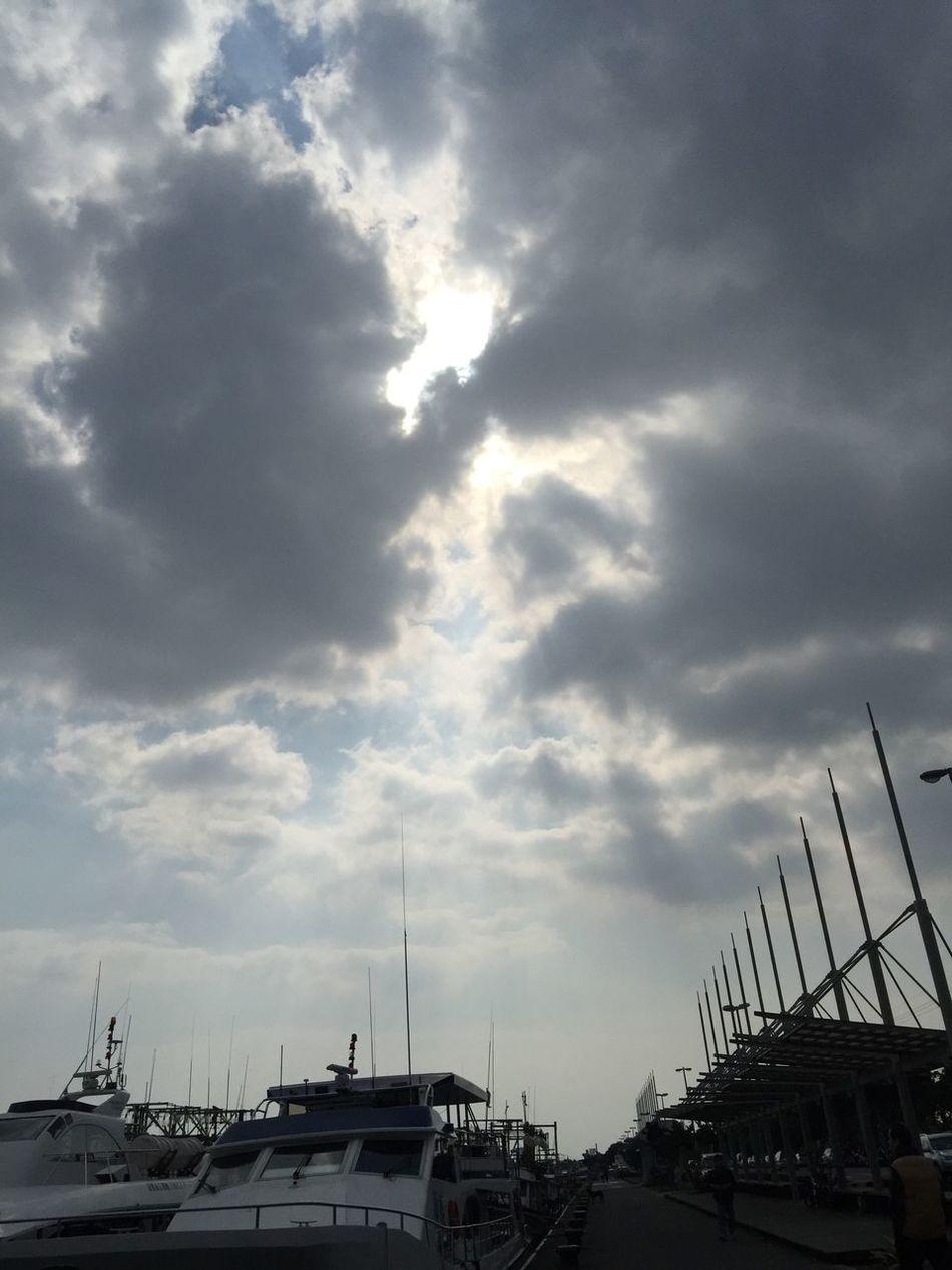 出海 Going Sailing Enjoying The Sun Relaxing Starting A Trip Traveling Life Beautiful Taking Photos Happy Clouds