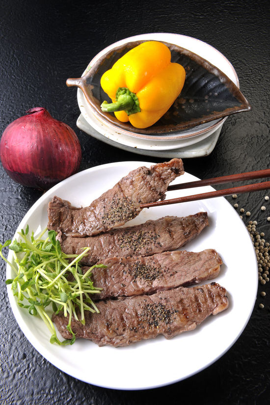 Beef Close-up Food Food And Drink Freshness Healthy Eating High Angle View Indoors  Meat No People Plate Ready-to-eat Rib 享受 廣告 料理 洋蔥 滿足 烤肉 美食food 花椒 芽 苗