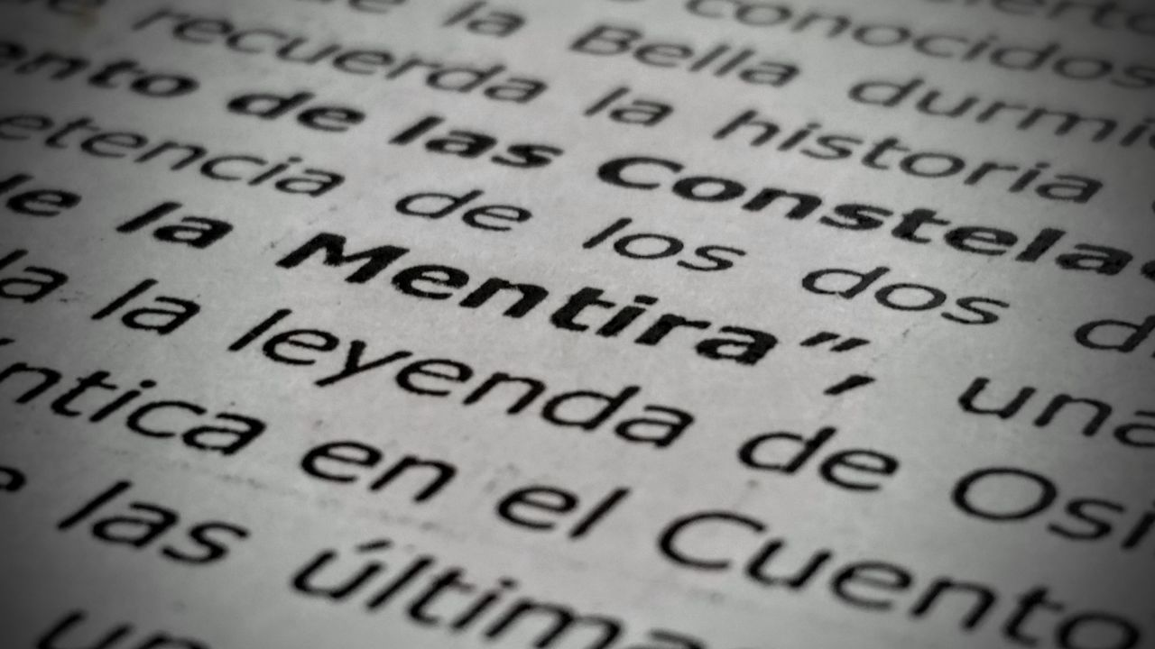 Black And White Blanco Y Negro Close Up Close-up Deception Lie Meaning Mentira Message No People Printed Spanish Text Vignette