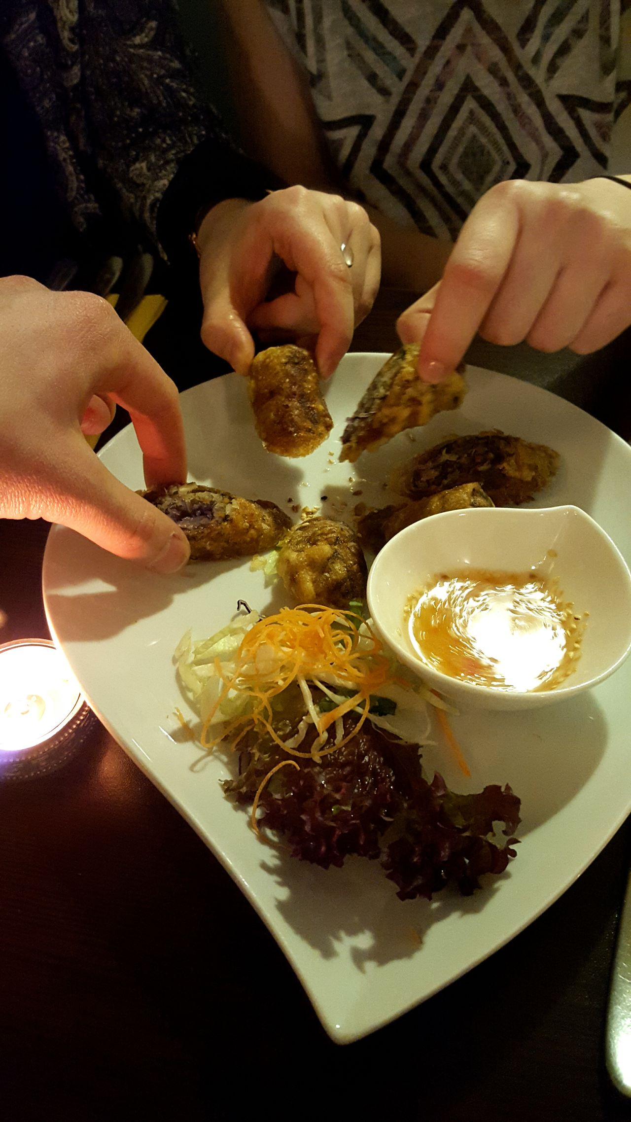 Day 13:Eating Food Foodporn Eating With Friends Dinner With Friends Asianfood Vietnamese Food Hands Grab Always Be Cozy Grabbing A Bite DinnerCamera:Galaxy S6