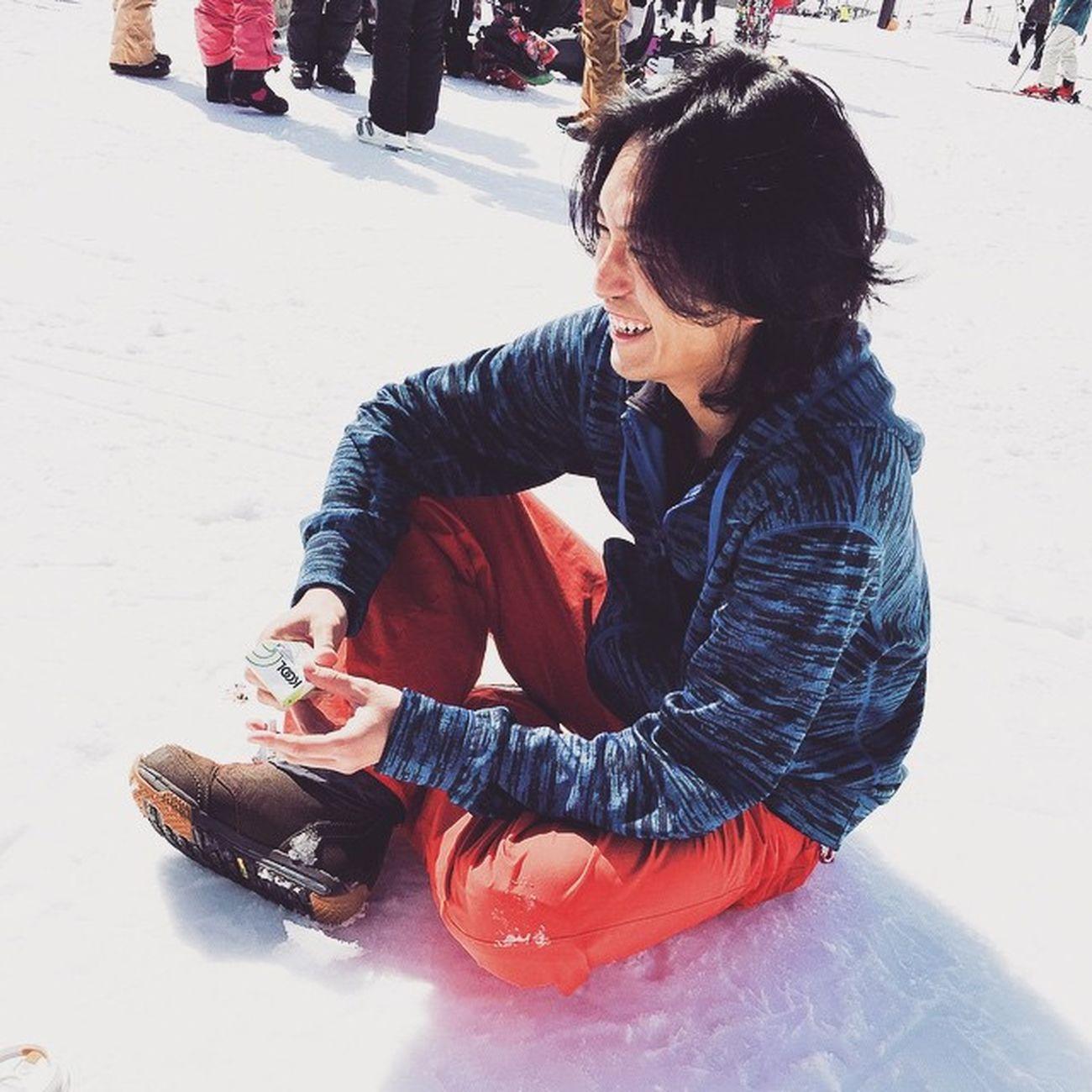 事故って腰をヤラれたトモティー。滑り出し2時間でスノーボードで終了。ウッシーの呪い 馬場の呪い 栂池 白馬