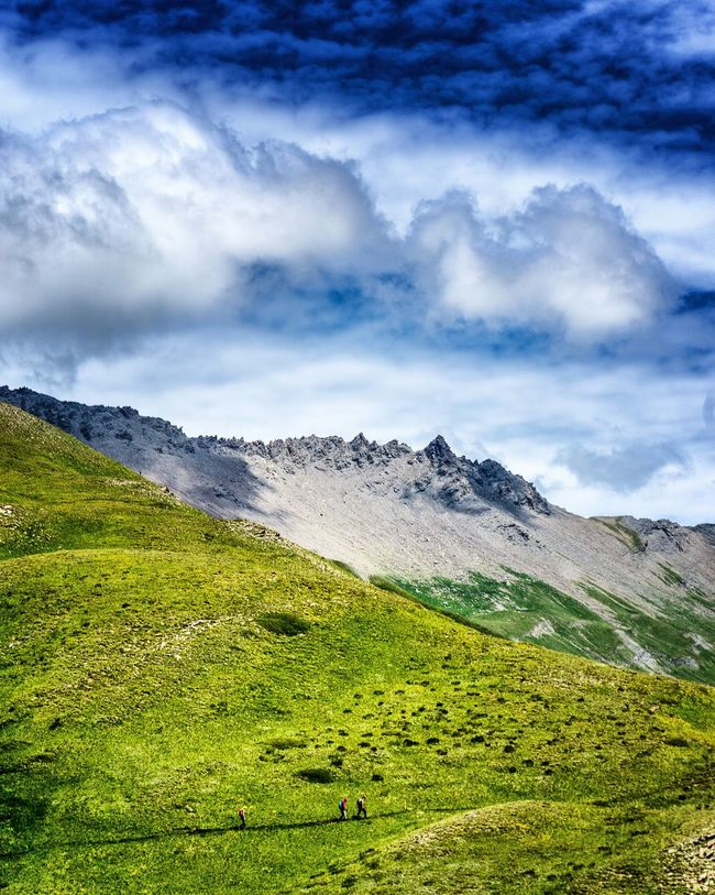 3 randonneurs. People Together Hikingadventures Summer2016 The Essence Of Summer Sky And Clouds Adventure Club Hiking Landscape_Collection French Alps EyeEm Best Shots Mountain View Mountains Landscape Summer