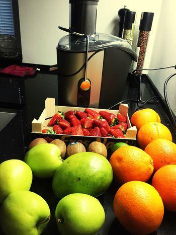 Tak sem si udelal fresh z pomerancu, manga, kiwi, jahod, jablek a limetky a ted spát.
