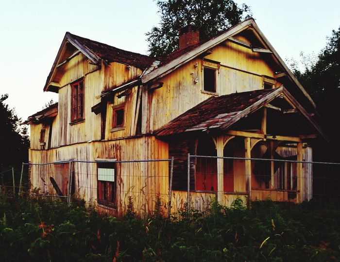 Abandoned House Building Exterior Architecture Rural Scene No People Outdoors Photography 2 Frontpage 2017 Eye4photography  ArtWork Norway🇳🇴 Testing Huawei P10 VPS2017 Magazine Admiring Art Popular For Marked Day Second Acts Trending Now Built Structure Beauty In Nature Bestshot Close-up Perspectives On Nature Rethink Things Postcode Postcards EyeEmNewHere