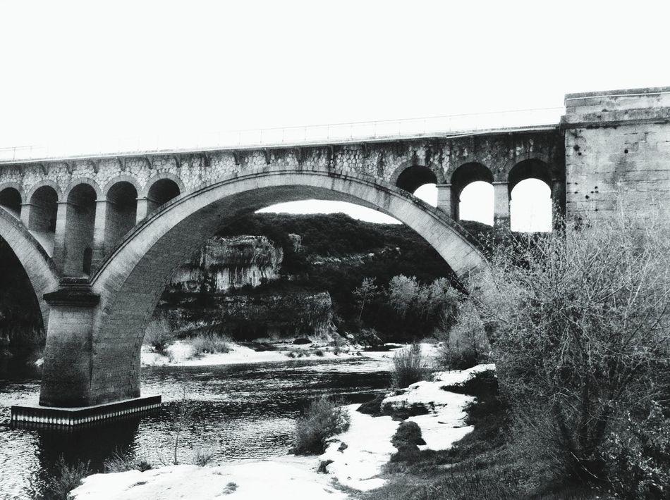 Il suffit de passer le pont .... Hello World Bridge Black And White Collection
