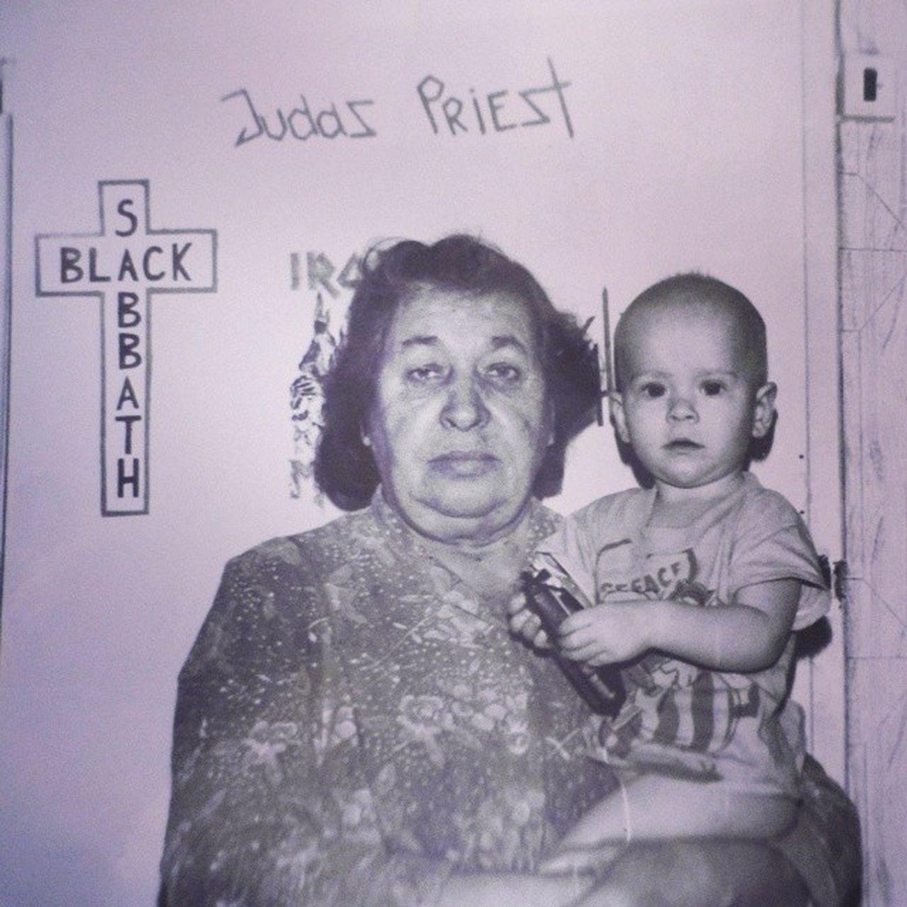 С прабабушкой в старой отцовской комнате... малышка милота Judaspriest Blacksabbath metallica дверь детство девяностые