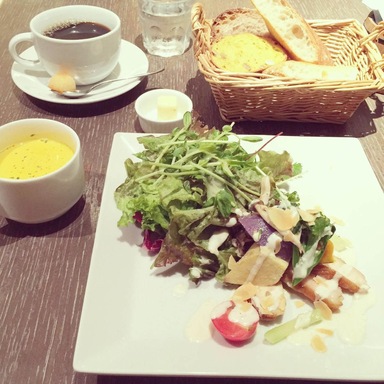 *2014/09/25* 本日のランチ\(◡̈)/♥︎ サラダランチ ¥1000 鶏モモ肉と秋野菜のサラダ ココナッツ風味のホワイトカレーソース