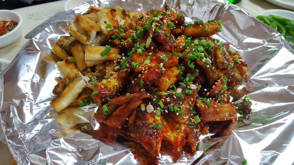 그저께?? 먹은 붕장어! 소금구이반 양념반 맛있다 ㅠㅠㅠㅠㅠ 근데 먹는데 취한 나머지 이어폰을 두고왔구만.....하하하핳하 부산 붕장어 최고~ Enjoying A Meal Koreanfood Busan 붕장어 Conger Sea Eel Spicy Enjoying Life