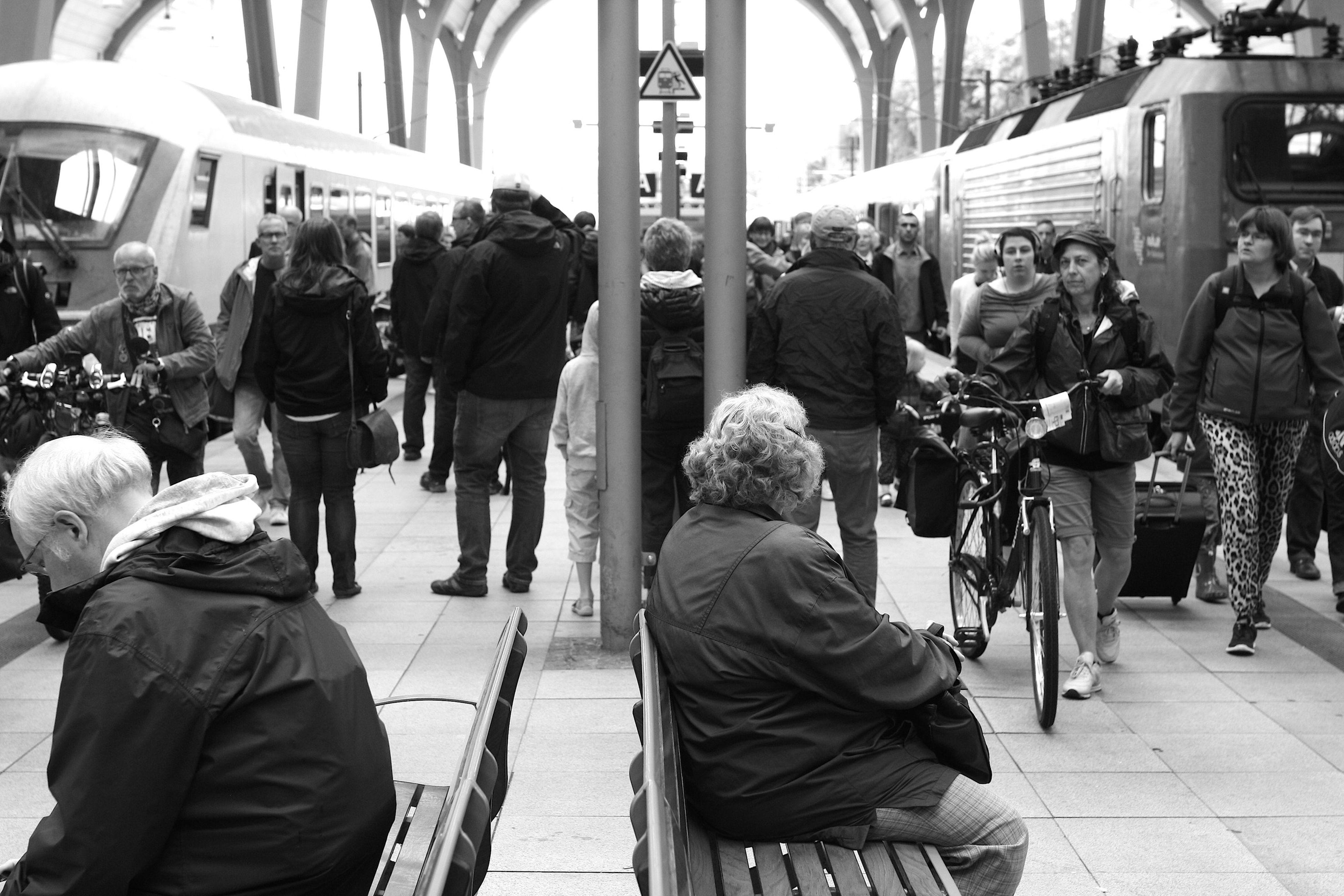 Titel: HAUPTBAHNHOF KIEL Alltag Aufunddavon HauptbahnhofKiel Menschen Reise SW Urlaub Zug Züge