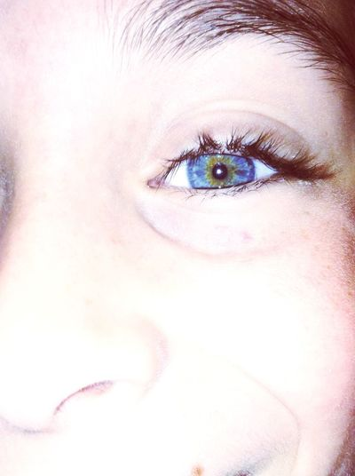 Occhi prifondi e grandi come due pozzi neri per buttarci dentro quello che vedi e pure l'amore che non cedi