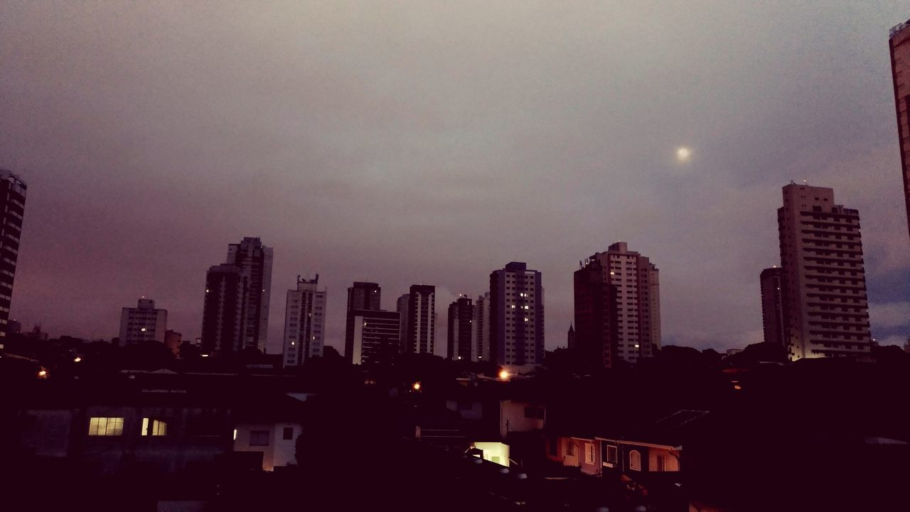 Fim de noite... Night Skyscraper City Cityscape Urban Skyline Business Finance And Industry Downtown District Moon Illuminated Sky Architecture Modern Travel Destinations Building Exterior No People Outdoors Astronomy